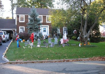 How to Decorate Your Front Lawn for Halloween