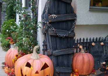 How to Decorate Front Yard for Halloween