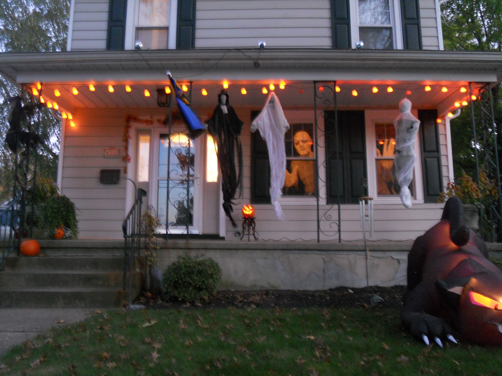 How to decorate your front lawn for halloween for Decorating your home for halloween