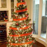 decorate a christmas tree with ribbon