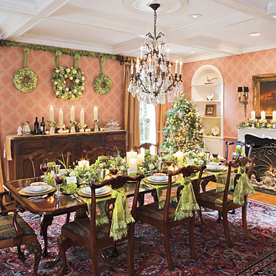 Christmas decoration ideas for dining room table for Pictures of dining room tables decorated